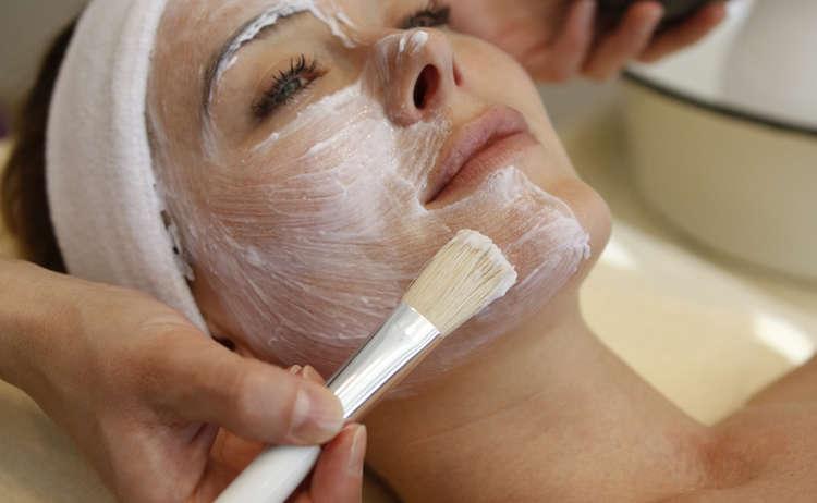 Gesichtsbehandlung Frau Hochformat T Kujat